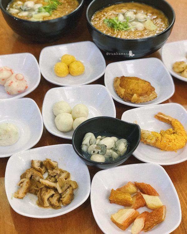 Ảnh 5: Bàn ăn full topping của Mì Hàu
