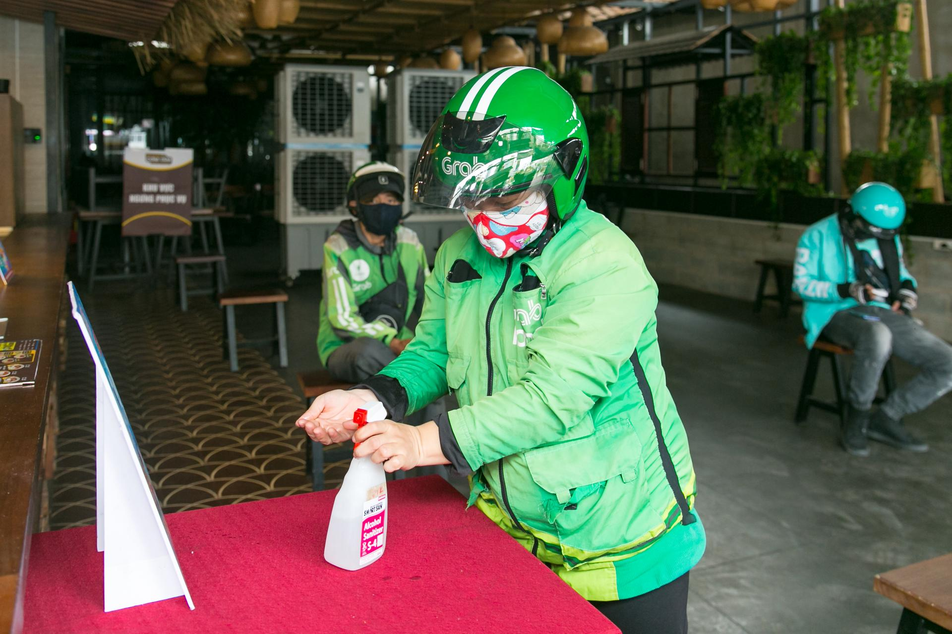 Yêu cầu Tài Xế rửa tay bằng dung dịch sát khuẩn trước khi giao tiếp với nhân viên