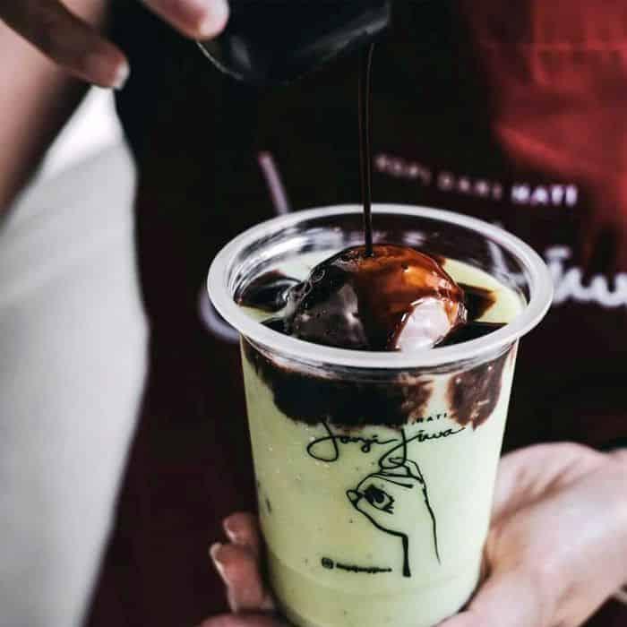 Es Kopi Pokat Janji Jiwa yang mencampur espresso, jus alpukat, es krim coklat, dan meses. Yum! (Foto: Instagram @kopijanjijiwa)